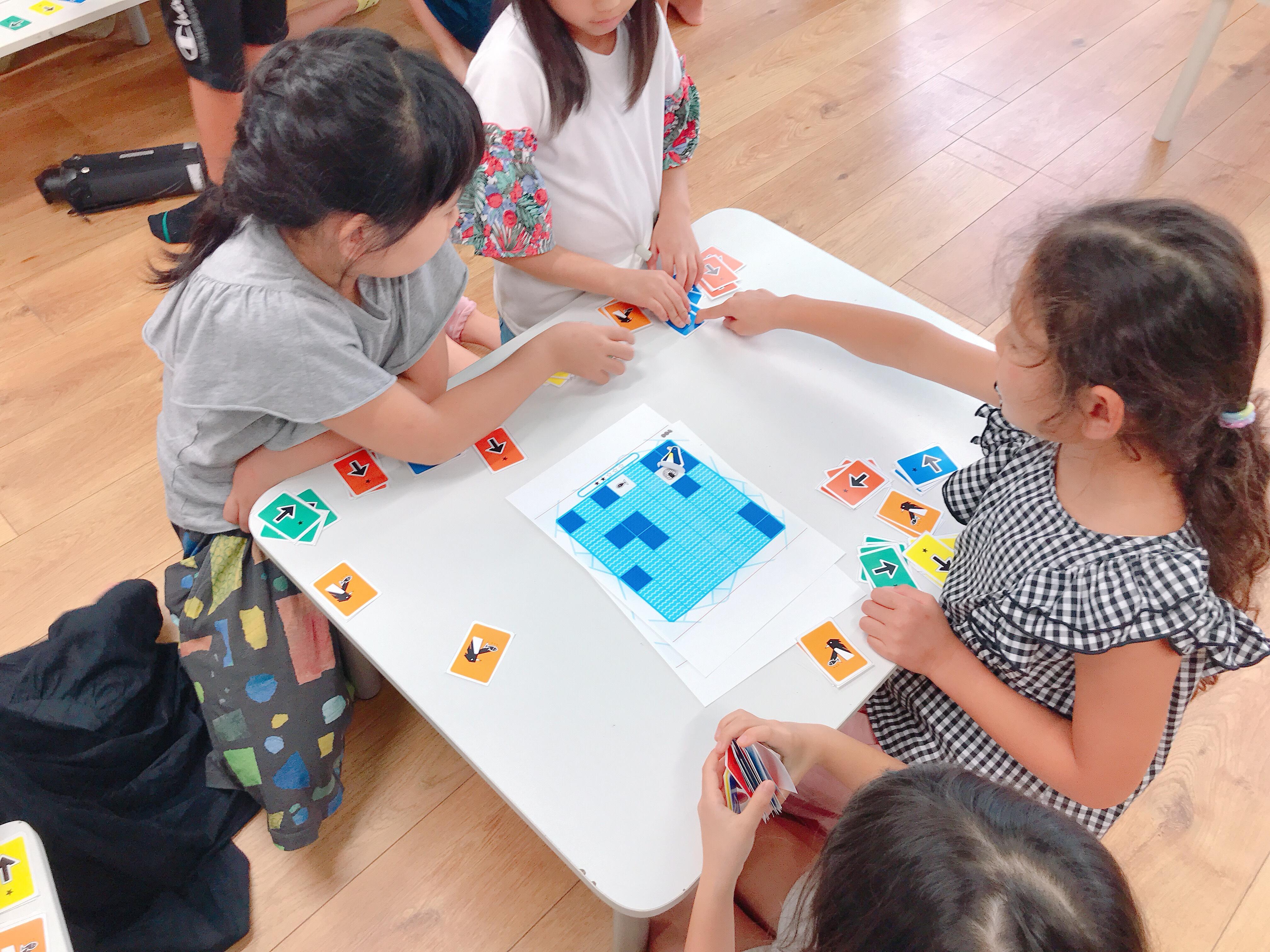 子供たちがクール・プログラミングで遊ぶ様子